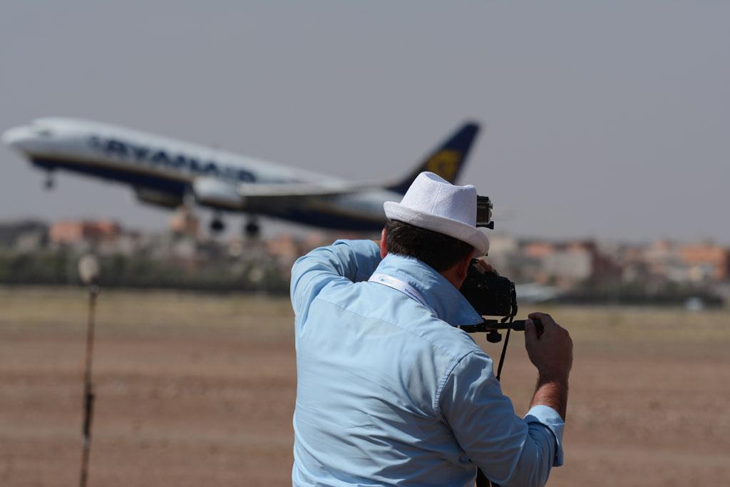 Video maker Ruggero Piccoli while shooting a Ryanair aircraft